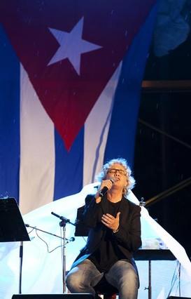 La bandera cubana respaldó a Mayte Martín y a Silvio Rodríguez, durante su recital gratuito. Foto: Isabel Camps