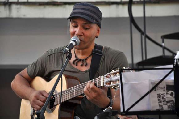 Luis Alberto Barbería en el espacio A guitarra limpia. Foto: Jorge Villa/ La Jiribilla.