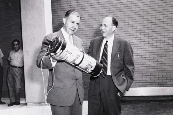 """La cápsula del tiempo fue enterrada el 5 de junio de 1957 como conmemoración de la apertura de los Laboratorios Karl Taylor Compton, es decir cinco días antes de su inauguración, esto bajo una ceremonia presidida por James R. Killian Jr., décimo presidente del MIT, y Harold """"Doc"""" Edgerton, profesor de ingeniería eléctrica."""