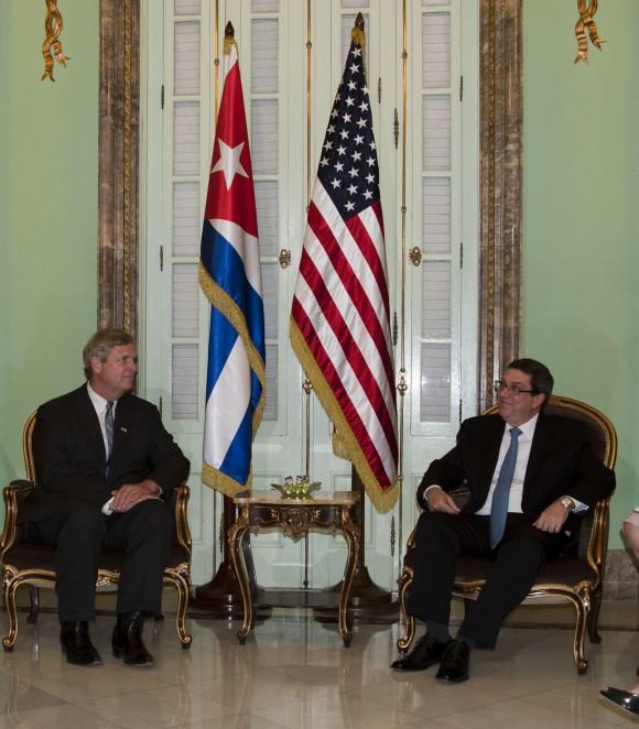El Ministro de Relaciones Exteriores, Bruno Rodríguez, y la delegación de EEUU, con el Secretario de Agricultura Thomas Vilsack y los congresistas que lo acompañan. Foto: Embajada de EEUU en Cuba/ Flickr