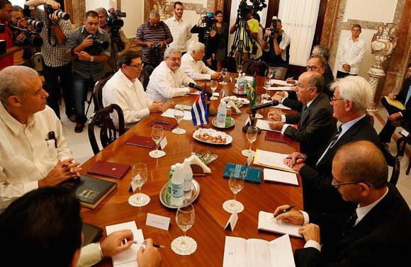 Las relaciones entre Brasil y Cuba son excelente y de un altísimo nivel, calificó hoy en esta capital, Mauro Luiz Lecker Vieira, Ministro de Estado para las Relaciones Exteriores de la República República Federativa de Brasil. En el encuentro con el Canciller cubano Bruno Rodríguez Parrilla, Lecker subrayó que en 2016 se cumplirán tres décadas de iniciados los nexos bilaterales, un nuevo período de vínculos muy estrechos, de mucha amistad y solidaridad. Foto: Cubaminrex/ Flickr
