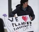 Los estadunidenses están mucho más en riesgo de violencia por fanáticos blancos cristianos armados que por musulmanes, afirmó el comentarista y profesor de historia Juan Cole, luego de que una clínica de Planned Parenthood, en Colorado, que, entre otros servicios de salud incluye el del aborto, fue atacada por un hombre blanco el pasado viernes. En la imagen, una enfermera de la clínica. Foto: Ap