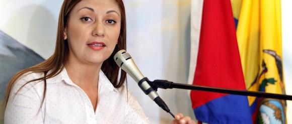 """La cónsul de Ecuador en Cuba, Soraya Encalada, habla hoy, viernes 27 de noviembre de 2015, durante una rueda de prensa en la embajada de Ecuador en Cuba tras el anuncio de exigir visa a todo cubano que ingrese como turista al país andino a partir del 1 de diciembre. Unos 300 cubanos se congregaron hoy ante la embajada de Ecuador en La Habana para expresar su descontento y quejas por la decisión del país andino de solicitar visado a los ciudadanos de la isla que viajen como turistas a esa nación. Encalada comentó que la posición de su Gobierno no es """"obstruir"""" los viajes, sino """"prevenir el tráfico de personas"""". Foto: Ernesto Mastrascusa/ EFE"""
