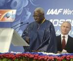 Lamine Diack, entonces cabeza de la IAAF, junto al presidente ruso, Vladimir Putin. Foto: EFE.