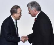 El Secretario General de Naciones Unidad Ban Ki-moon saluda al Vicepresidente primero de Cuba, Miguel Díaz Canel, en la Cumbre de Cambio Climático, en París. Foto: Loic Venance/ Pool vía AP