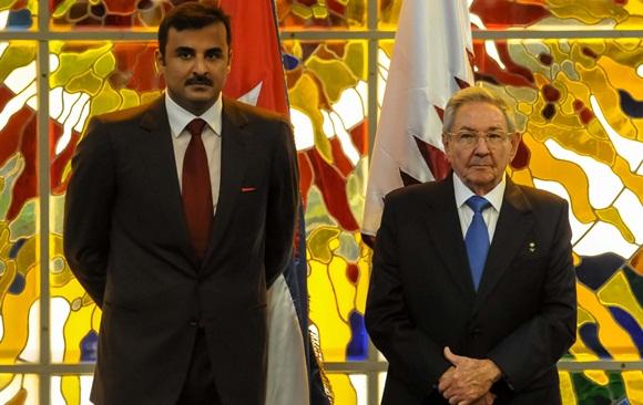 El General de Ejército Raúl Castro Ruz (D), Presidente de los Consejos de Estado y de Ministros de Cuba, y  el Emir de Qatar (I), Jeque Tamim Bin Hamad Al-Thani, durante la firma de acuerdo entre ambos países, en el Palacio de la Revolución. Foto: Abel PADRÓN PADILLA