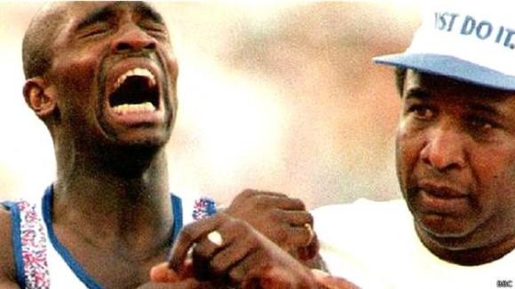 Derek Redmond logró llegar a la meta en Barcelona 92 con la ayuda de su padre.  Foto: BBc