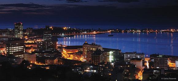 La noche en Luanda, capital de Angola.