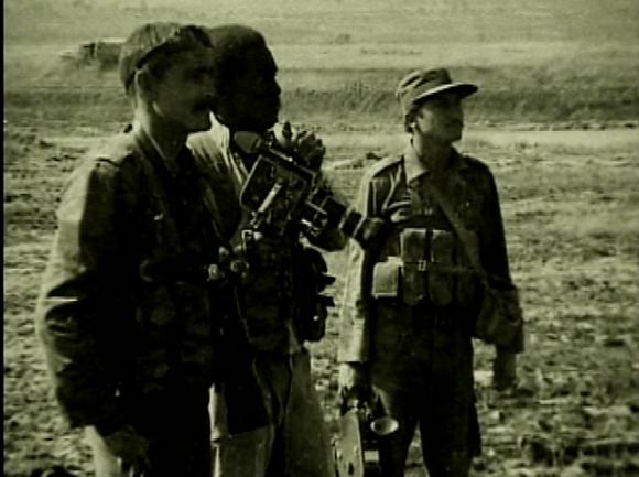 El periodista y realizador de la televisión Milton Díaz-Cánter, junto al camarógrafo Willy, en Angola. Foto: Archivo