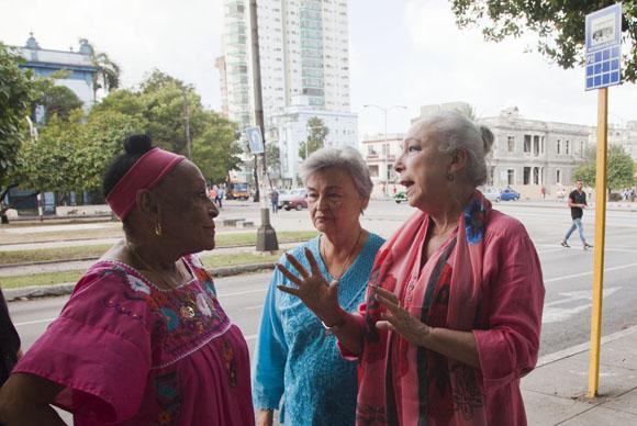 Omara Portuondo conversa con Cristina Hoyos en las afueras del Museo de la Danza. Foto: Ismael Francisco/ Cubadebate.