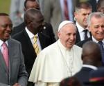 Papa Francisco junto al presidente keniano, Uhuru Kenyatta (izquierda) a su llegada a Nairobi, Kenia. Foto: Reuter.