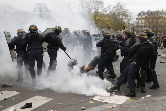 """""""Enormes cantidades"""" de gases lacrimógenos fueron utilizadas contra los manifestantes cerca de la plaza de la República, en el centro de París, rezaron varios informes de testigos en Twitter. En las redes también se comentó que se lanzaron objetos contra las fuerzas de seguridad."""
