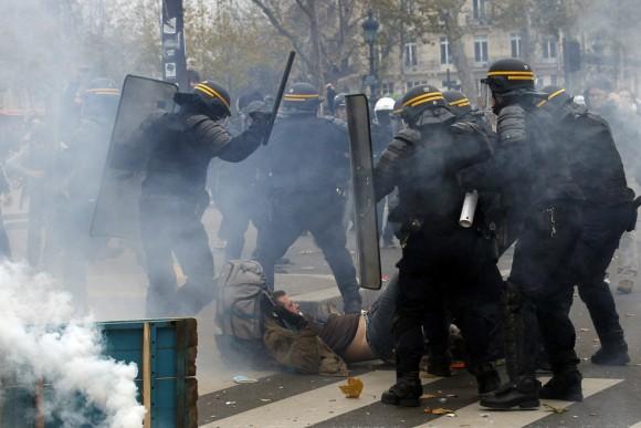 Un gran número de personas salieron este domingo a las calles de la capital francesa para participar en una marcha mundial para el clima a pesar de la prohibición a las concentraciones establecida por las autoridades francesas después de los atentados de París el pasado día 13. Foto: EFE