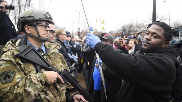 Un manifestante ante la Policial de Minneapolis, protestando por la muerte del ciudadano afroamericano Jamar Clark. Foto: AP