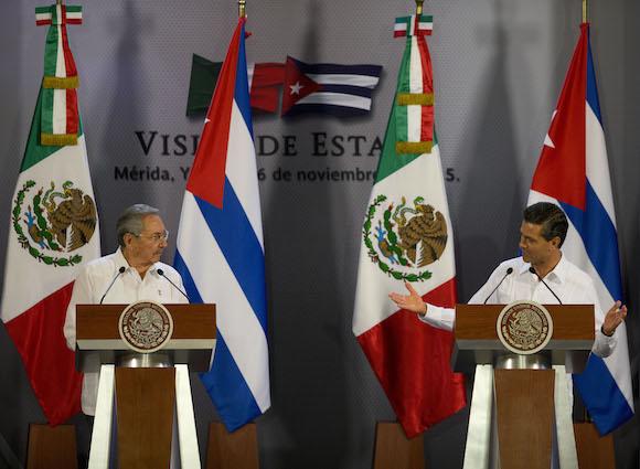 El Presidente cubano Raúl Castro y el mandatario mexicano, Enrique Peña Nieto, en conferencia de prensa este viernes. Foto: Rebecca Blackwell/ AP