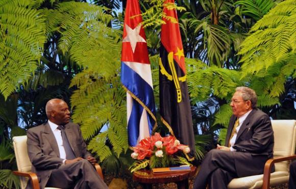 Raúl Castro y José Eduardo dos Santos durante las conversaciones oficiales en la sede del Consejo de Estado, en La Habana, el 18 de junio de 2014. Foto: AIN/Marcelino Vázquez Hernández.