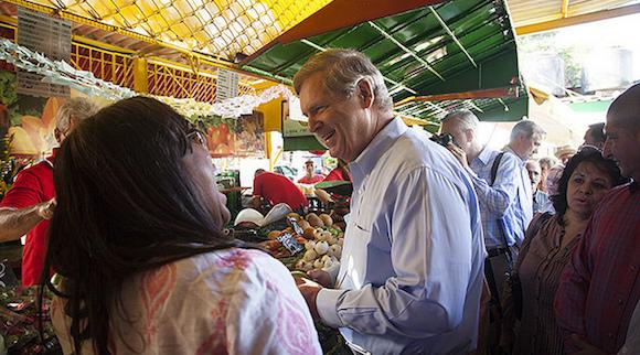 El Secretario de Agricultura Thomas Vilsack visitó un agromercado en La Habana. Foto: Departamento de Agricultura/ Flickr