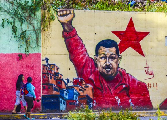 """""""Chávez no se murió, Chávez no se murió, Chávez vive en el pueblo..."""", reza un cántico popular. Mural en un barrio popular de Caracas."""