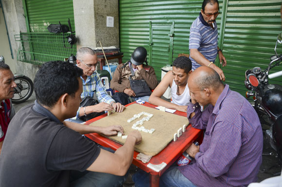 El dominó es uno de los esparcimientos más populares.
