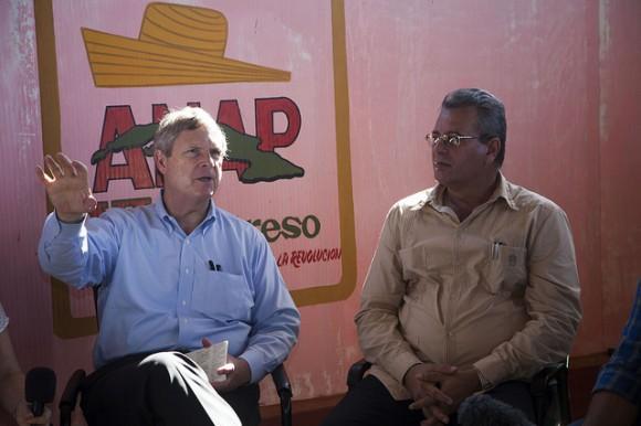 Con el Ministro de Agricultura de Cuba, Gustavo Rodríguez Rollero, en la cooperativa Antero Regalado. Foto: Embajada de EEUU en Cuba/ Flickr