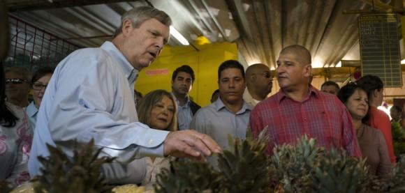 Thomas Vilsack, Secretario de Agricultura, visitó a el agromercado de 19 y B, en el barrio del Vedado, de La Habana, 13 de noviembre de 2015. Foto: Ramón Espinosa/ AP