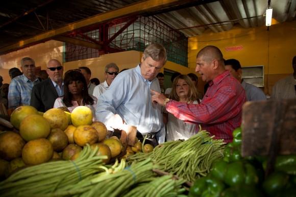 El Secretario de Agricultura de los EE.UU. Thomas J. Vilsack durante una visita al agromercado 19 y B, en La Habana. Foto: Embajada de EEUU/ Flickr