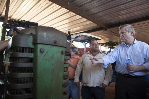 El Secretario de Agricultura de los EE.UU. Thomas J. Vilsak con Abelardo Alvarez, el presidente de la cooperativa Antero Regalado. El tractor es un tractor estadoudinense, John Deere. Foto: Embajada de EEUU/ Flickr