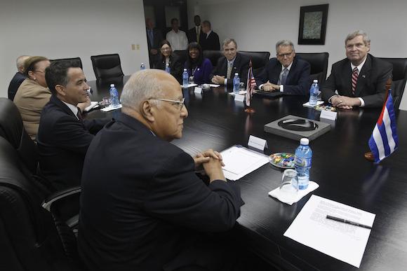 El Secretario de Agricultura Thomas Vilsack, y el Vicepresidente del Consejo de Ministros de Cuba, Ricardo Cabrisas Ruiz, en una reunión celebrada ayer en La Habana, durante la visita oficial. Foto: Enrique de la Osa/ Pool vía Reuters