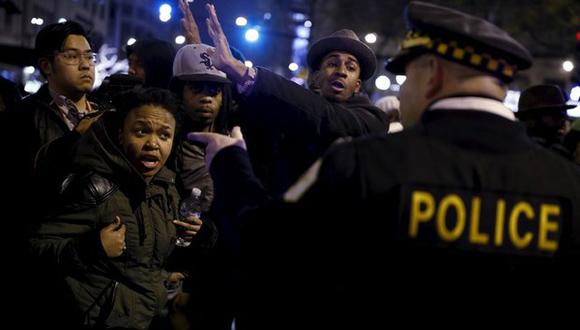 Manifestantes discuten con oficiales de policía, durante una protesta por la muerte del joven afroamericano Laquan McDonald, a manos de la policía. Foto: Reuters.