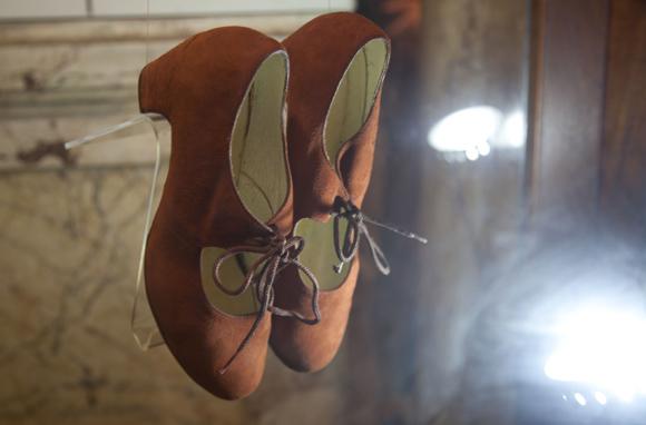Zapatos usados por Cristina Hoyos forman parte de una muestra que también se puede disfrutar en el Museo. Foto: Ismael Francisco/ Cubadebate.