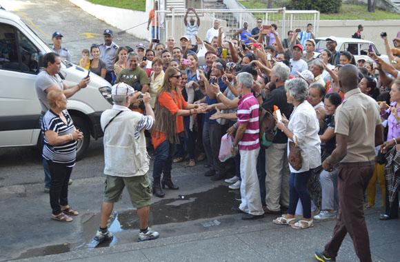 El público recibe a Olga Tañón a la entrada del ICRT. Foto: Marianela Dufflar/ Cubadebate.