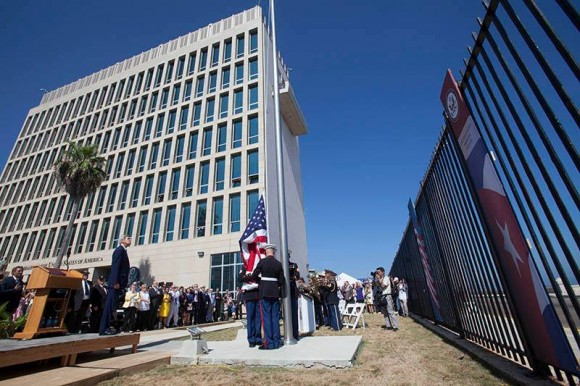 Se iza la bandera de EEUU en La Habana. Apertura de la Embajada EE.UU en Cuba. Foto: Ismael Francisco