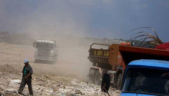 Camiones descargan desechos en el vertedero de la calle 100. (Foto de la autora)