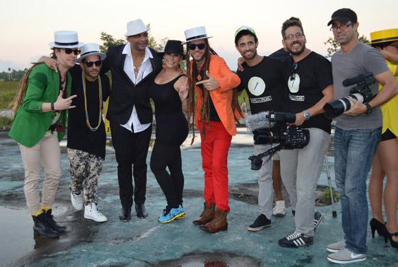 Los protagonistas y los realizadores del videoclip Tú eres la razón. Foto: Marianela Dufflar/ Cubadebate.