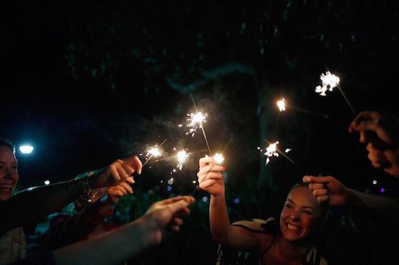 Un grupo de gente celebra con bengalas el Año Nuevo en Sídney (Australia). Foto: Getty Images