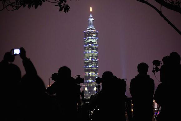 Varios fotógrafos se preparan para tomar imágenes de los fuegos artificiales delante del rascacielos Taipei 101, durante los preparativos para la llegada del Año Nuevo en Taipei (Taiwán). Foto: EFE
