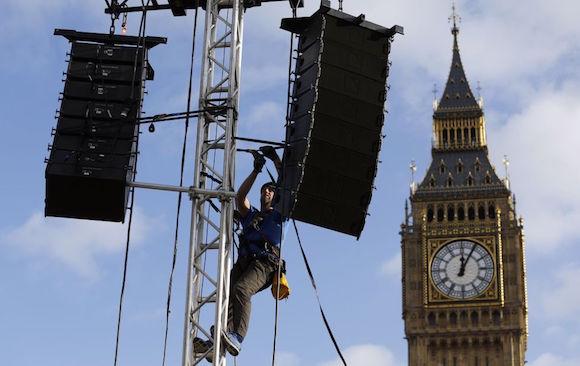 Un trabajador fija dos altavoces cerca del Big Ben para los preparativos del Año Nuevo en Londres (Inglaterra). Foto: AP