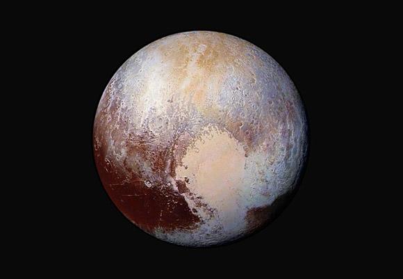 24 de julio, las imágenes capturadas por la sonda New Horizons se han combinado y mejorado para mostrar las diferencias en la composición de la superficie de Plutón. Foto: NASA/AP.