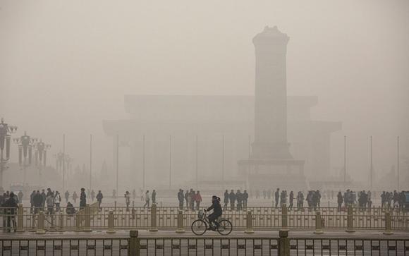 30 de noviembre, la plaza Tiananmen está cubierta de smog en un día de alta contaminación en Beijing, China. Foto: Kevin Frayer/Getty Images.