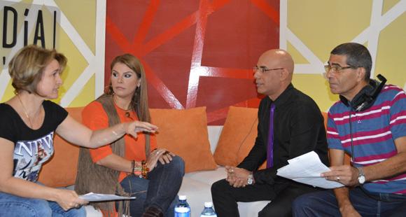 Odalys Torres, directora del programa y Marino Luzardo, uno de sus conductores, le explicaron cómo se desarrollaría Al Mediodía. Foto: Marianela Dufflar/ Cubadebate.