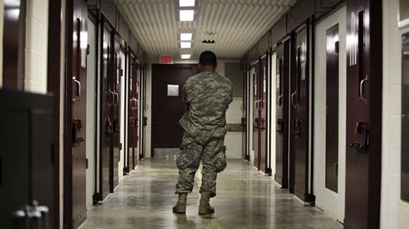 Un militar estadounidense hace la guardia en un bloque de la prisión de Guantánamo. Foto: Reuters/Brennan Linsley