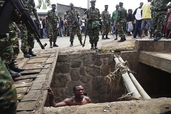 7 de mayo, Jean Claude Niyonzima implora a los soldados que lo protejan de una multitud de manifestantes en Bujumbura, Burundi. Foto: Jerome Delay/AP.