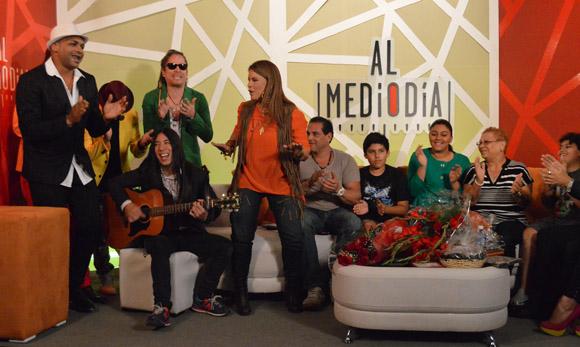No se pudo contener y en los minutos finales se paró a bailar la canción que interpretaba. Foto: Marianela Dufflar/ Cubadebate.