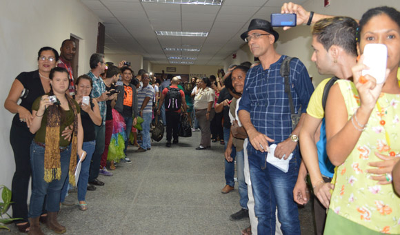Olga no dejó a ningún trabajador del ICRT sin su foto de recuerdo. Foto: Marianela Dufflar/ Cubadebate.