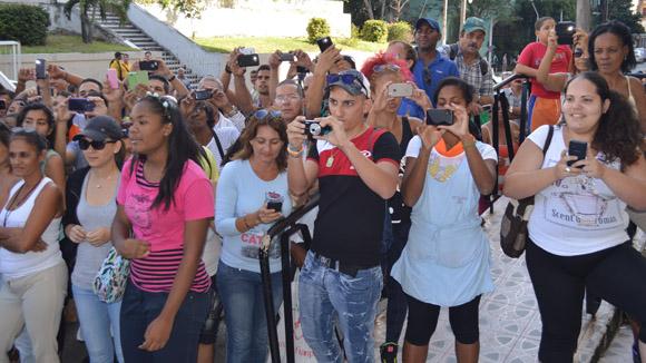 El público también quería despedirla a la salida del estudio. Foto: Marianela Dufflar/ Cubadebate.