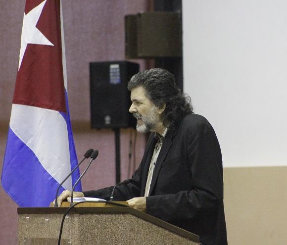 Abel Prieto lee sus palabras de elogios a Armand Mattelart durante la inauguración de ICOM-2015. Foto: José Raul Concepción/Cubadebate.