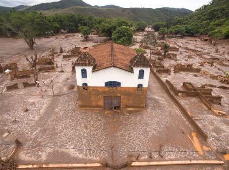 La foto de Alexandre Salem muestra una iglesia en Paracatú que quedó afectada por los deslizamientos de tierra en Brasil, tras un accidente minero. Al menos 17 personas murieron cuando una represa se desbordó en Minas Gerais, en el sureste del país. Ríos quedaron contaminados y áreas agrícolas destruidas.