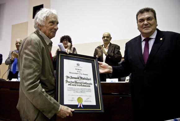 Armand Mattelart recibe el Doctor Honoris Causa por la Universidad de La Habana, de manos del rector Dr. Gustavo Cobreiro. Foto: Cubadebate/ Ismael Francisco.