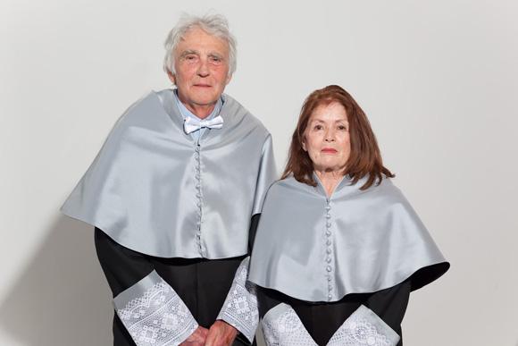 Armand y Michèle Mattelart con las investiduras de Doctor Honoris Causa de la Universidad de Málaga. Foto: Universidad de Málaga.