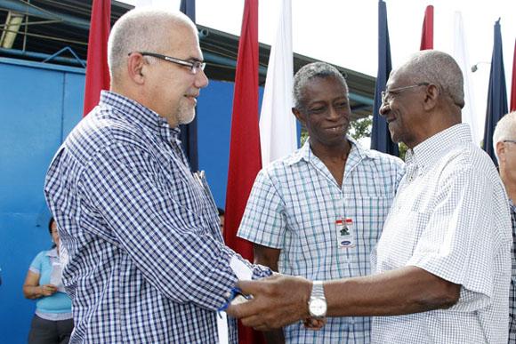 El presidente del INDER (izquierda), saluda al ex Jefe Técnico de la selección nacional de boxeo, Alcides Sagarra.